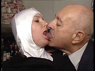 A freira bodied quente obtem acariciado pelo homem idoso pervertido!