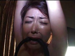 Chicoteando um fundo milf japonês e peito