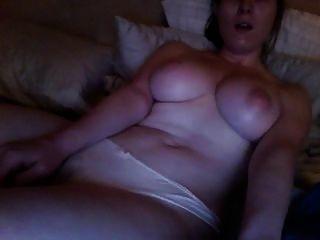 Assistindo pornografia kinky e masturbando