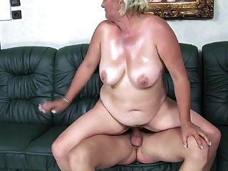 Loira 50+ bbw agrada jovem no sofá