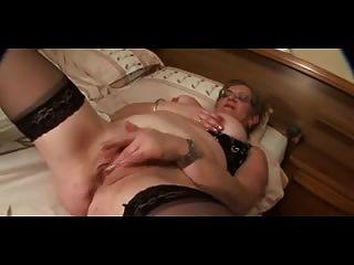 Avó em óculos e meias (mamilos grandes) se masturba