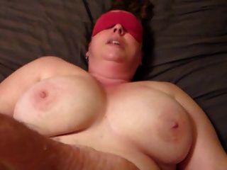 Esposa de olhos vendados sendo fodida