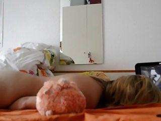 Esposa madura se masturba assistindo pornografia