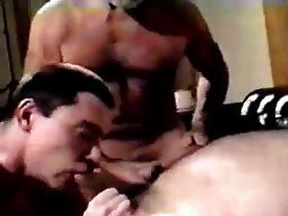 Dois homens mais velhos obter pleasured por filhote mais novo