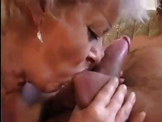 Granny recebe uma buceta se espalhando com um grande galo
