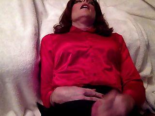 Ejaculação doce sobre minha blusa de cetim e saia de cetim