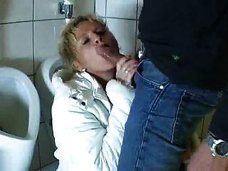 Alemão maduro entra na casa de banho para chupar e foder