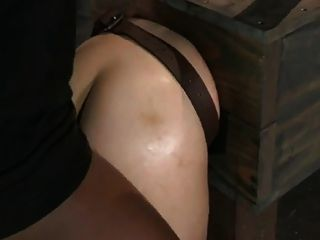 Garota na caixa ass fucked