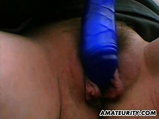 Busty amador milf brinquedos e masturba-se em um carro