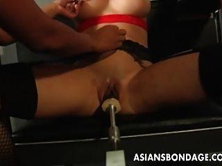 Busty morena obtendo sua máquina de bichano molhado fodido