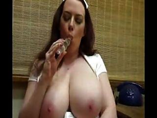 Enfermeira quente com mamas enormes toying seu bichano raspado