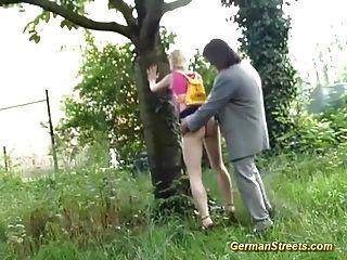 Adolescente apanhado para sexo na rua