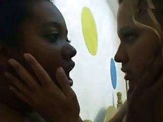 Lésbicas brasileiras beijando e acariciando cuntas