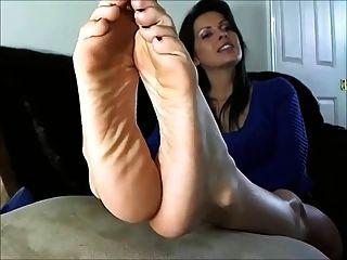 Mulher madura sexy mostra os pés e soles