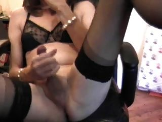 Tranny maduro masturbando-se com um vibrador