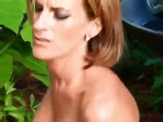 Sexy maduro ao ar livre no bichano e burro
