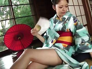 Hana faz magia com seus lábios quentes durante pornografia áspera