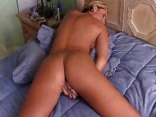 Dona de casa quente com grandes dedos de burro sua buceta até orgasmos