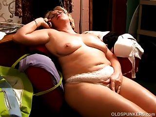 Bela bela barriga madura bbw adora brincar com seu bichano