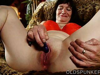 Linda senhora mais velha fode sua vagina molhada molhada para você