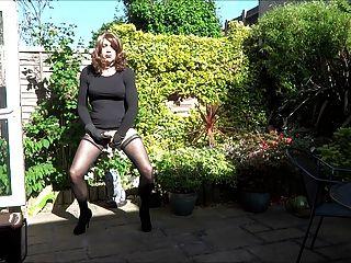 Alison joga com seu plug butt no jardim