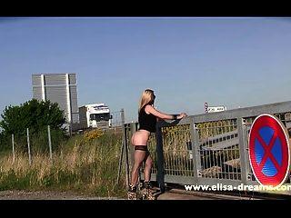 Piscando e nu em público para uma sessão de fotos