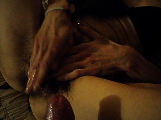 Esposa brinca com bichano peludo