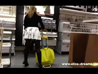 Upskirt e piscando sem calcinha em uma loja famosa 2
