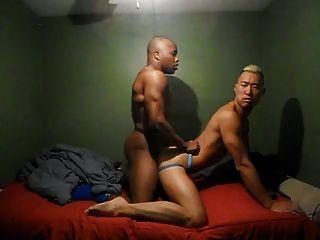 Fodendo casal gay quente na cama
