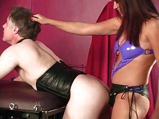 Strapon fodendo um escravo de castidade