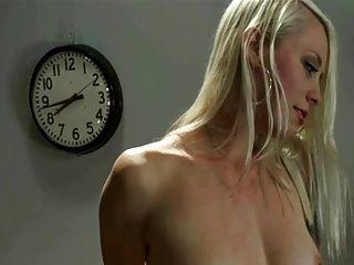 Orgasmo múltiplo loiro em sybian