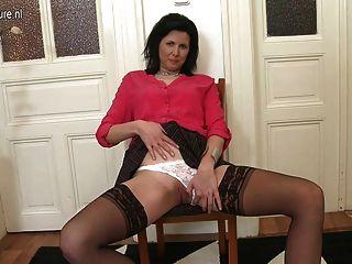 Hot real mamãe e dona de casa mostra fora seu corpo sexy