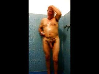 Paizinho do espião str8 em chuveiros do cacifo