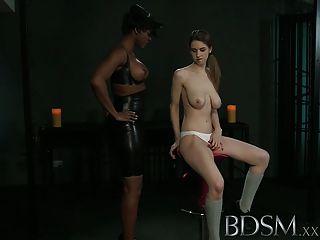 Bdsm xxx jovem recebe um choque de sexy lésbica amante