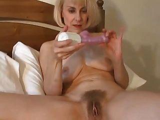 Milf britânico sexy acorda e brinquedos seu bichano!