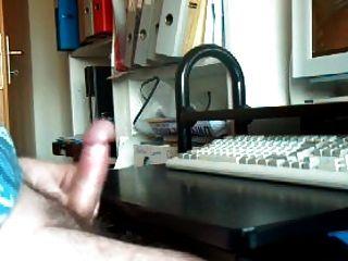 Masturbando e cumming assistindo pornografia