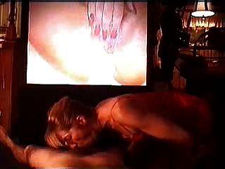 casal assistindo pornografia e recebe uma boquete