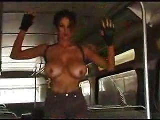 f60 big boobs lara croft deve se despir