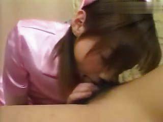 menina asiática em uniforme dá cabeça