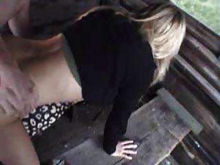 Menina alemão quente fodendo em uma mesa de piquenique