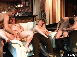 pintinho sexy e grosso é batido no sofá