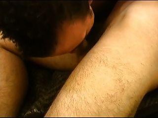 menino soldado sendo perfurado pelo galo de seus colegas