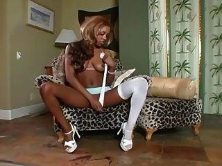 Tiras e provocações de deusa de ébano em lingerie branca