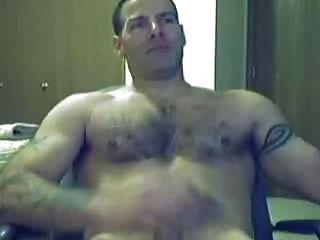 cara quente masturbando na frente da webcam