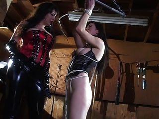 amante em latex provocando seu escravo