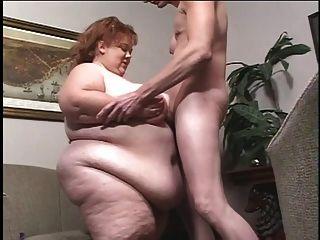 garoto branco grotescamente obeso é titulado pelo homem magro