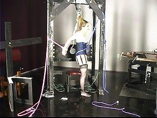 Bonita garota no espartilho tem seus peixinhos e bichos torturados pelo mestre