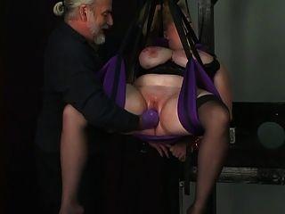 O escravo fica preso por cordas e dom coloca uma luva no fundo de sua buceta