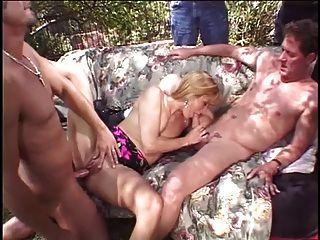 esposa loira é fodida por dois pregos na frente de seu marido
