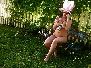 angela white easter bunny cobre seus peitos com chocolate